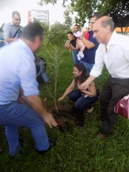 Plantio de Pitangueiras homenageando meninas de Guarujá