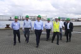 Presidente da ACEG, junto ao vice, acompanham o prefeito Valter Suman em visita a Santos Brasil