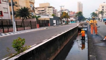 Guarujá realiza força-tarefa para limpeza dos canais no bairro Enseada